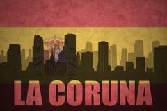Abstraktes Schattenbild der Stadt mit Text La Coruna an der Weinlesespanischflagge Stockfotografie