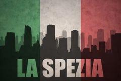Abstraktes Schattenbild der Stadt mit Text La Spezia an der Weinleseitalienerflagge Lizenzfreies Stockfoto