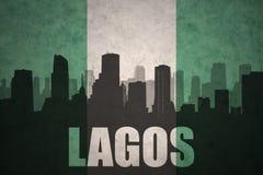 Abstraktes Schattenbild der Stadt mit Text Lagos an der Weinlese Nigerianflagge Lizenzfreies Stockbild
