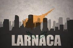 Abstraktes Schattenbild der Stadt mit Text Larnaka an der Weinlesezypern-Flagge Lizenzfreies Stockbild