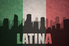 Abstraktes Schattenbild der Stadt mit Text Latina an der Weinleseitalienerflagge Stockfotos