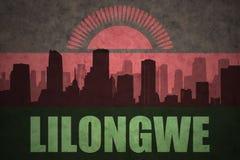 Abstraktes Schattenbild der Stadt mit Text Lilongwe an der Weinlesemalawi-Flagge Lizenzfreies Stockfoto