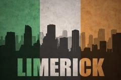 Abstraktes Schattenbild der Stadt mit Text Limerick an der Weinleseirenflagge Lizenzfreie Stockfotos