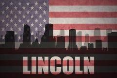 Abstraktes Schattenbild der Stadt mit Text Lincoln an der Weinleseamerikanischen flagge Stockbild