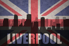 Abstraktes Schattenbild der Stadt mit Text Liverpool an der Weinlesebriten-Flagge Stockfotos