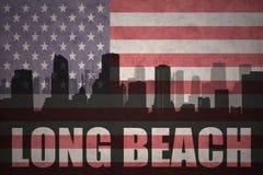 Abstraktes Schattenbild der Stadt mit Text Long Beach an der Weinleseamerikanischen flagge Lizenzfreie Stockfotos