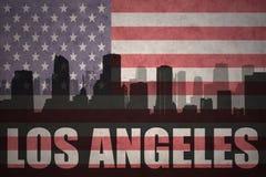 Abstraktes Schattenbild der Stadt mit Text Los Angeles an der Weinleseamerikanischen flagge Lizenzfreie Stockfotos
