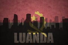 Abstraktes Schattenbild der Stadt mit Text Luanda an der angolanischen Flagge der Weinlese Stockbilder