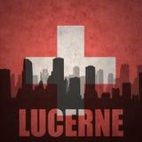 Abstraktes Schattenbild der Stadt mit Text Luzerne an der Weinleseschweizerflagge Stockfoto