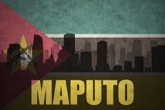 Abstraktes Schattenbild der Stadt mit Text Maputo an der Weinlesebewohner- von mocambiqueflagge Lizenzfreies Stockfoto