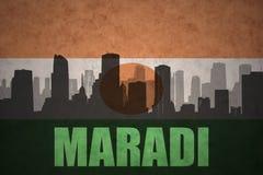 Abstraktes Schattenbild der Stadt mit Text Maradi an der Weinleseniger-Flagge Stockfoto
