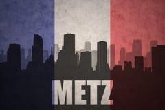 Abstraktes Schattenbild der Stadt mit Text Metz an der Weinlesefranzoseflagge Lizenzfreies Stockfoto