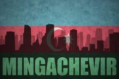 Abstraktes Schattenbild der Stadt mit Text Mingachevir an der Weinleseazerbaijan-Flagge Stockfoto