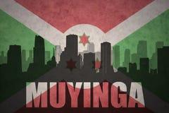 Abstraktes Schattenbild der Stadt mit Text muyinga an der Weinleseburundi-Flagge Stockbilder