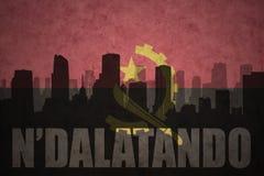 Abstraktes Schattenbild der Stadt mit Text N ` dalatando an der angolanischen Flagge der Weinlese Stockbild