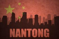 Abstraktes Schattenbild der Stadt mit Text Nantong an der Weinlesechineseflagge Lizenzfreie Stockfotografie