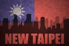 Abstraktes Schattenbild der Stadt mit Text neues Taipeh an der Weinlesetaiwan-Flagge Lizenzfreie Stockfotos