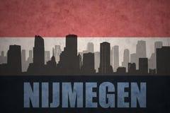 Abstraktes Schattenbild der Stadt mit Text Nijmegen an der Weinleseholländerflagge Stockbild