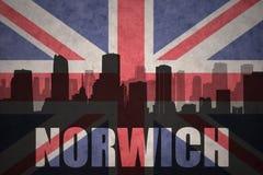 Abstraktes Schattenbild der Stadt mit Text Norwich an der Weinlesebriten-Flagge Stockfotos