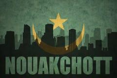 Abstraktes Schattenbild der Stadt mit Text Nouakchott an der Weinlesemauretanien-Flagge Stockfotografie
