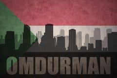 Abstraktes Schattenbild der Stadt mit Text Omdurman an der Weinlesesudaneseflagge Stockbild