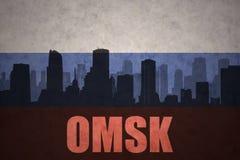Abstraktes Schattenbild der Stadt mit Text Omsk an der Weinleserusseflagge Stockbilder