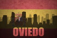 Abstraktes Schattenbild der Stadt mit Text Oviedo an der Weinlesespanischflagge Lizenzfreie Stockfotos