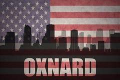 Abstraktes Schattenbild der Stadt mit Text Oxnard an der Weinleseamerikanischen flagge Stockfotografie