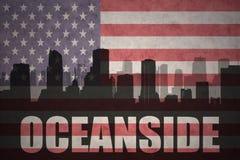 Abstraktes Schattenbild der Stadt mit Text Ozeanufer an der Weinleseamerikanischen flagge Lizenzfreie Stockbilder