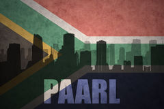 Abstraktes Schattenbild der Stadt mit Text Paarl an der Weinlesesüdafrika-Flagge Lizenzfreie Stockbilder