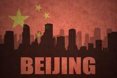 Abstraktes Schattenbild der Stadt mit Text Peking an der Weinlesechineseflagge Lizenzfreies Stockfoto