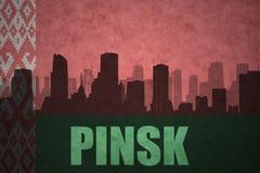 Abstraktes Schattenbild der Stadt mit Text Pinsk an der Weinleseweißrussland-Flagge Stockfotos