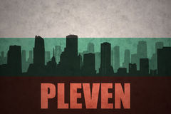 Abstraktes Schattenbild der Stadt mit Text Pleven an der Weinlesebulgareflagge Lizenzfreie Stockfotos