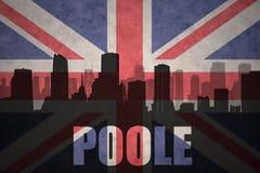 Abstraktes Schattenbild der Stadt mit Text Poole an der Weinlesebriten-Flagge Lizenzfreies Stockbild