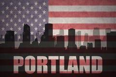 Abstraktes Schattenbild der Stadt mit Text Portland an der Weinleseamerikanischen flagge Lizenzfreie Stockfotografie