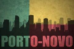 Abstraktes Schattenbild der Stadt mit Text Porto-Novo an der Weinlesebenin-Flagge Lizenzfreie Stockfotos