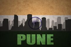 Abstraktes Schattenbild der Stadt mit Text Pune an der Weinleseinderflagge Lizenzfreies Stockfoto
