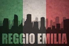 Abstraktes Schattenbild der Stadt mit Text Reggio Emilia an der Weinleseitalienerflagge Stockfotografie