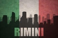 Abstraktes Schattenbild der Stadt mit Text Rimini an der Weinleseitalienerflagge Stockbilder