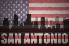 Abstraktes Schattenbild der Stadt mit Text San Antonio an der Weinleseamerikanischen flagge Lizenzfreie Stockfotografie