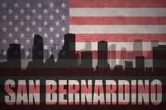 Abstraktes Schattenbild der Stadt mit Text San Bernardino an der Weinleseamerikanischen flagge Lizenzfreie Stockfotos