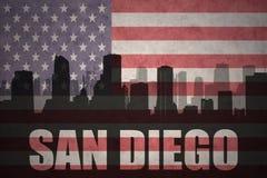 Abstraktes Schattenbild der Stadt mit Text San Diego an der Weinleseamerikanischen flagge Lizenzfreies Stockbild