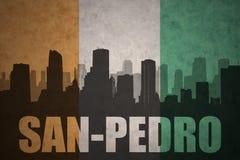 Abstraktes Schattenbild der Stadt mit Text San Pedro an der Weinlese Ivorian-Flagge Stockfotografie