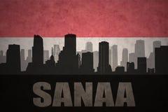 Abstraktes Schattenbild der Stadt mit Text Sanaa an der Weinleseyemen-Flagge Stockbilder