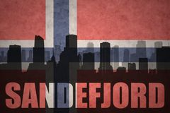 Abstraktes Schattenbild der Stadt mit Text Sandefjord an der Weinlesenorwegerflagge Stockfotos