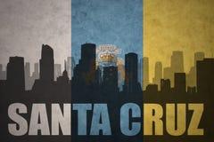 Abstraktes Schattenbild der Stadt mit Text Santa Cruz an der Flagge der Kanarischen Inseln der Weinlese Stockbilder