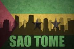 Abstraktes Schattenbild der Stadt mit Text Sao Tome an der Weinlesesao- tome und principeflagge Lizenzfreie Stockfotos