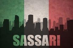 Abstraktes Schattenbild der Stadt mit Text Sassari an der Weinleseitalienerflagge Stockbilder