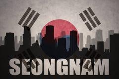 Abstraktes Schattenbild der Stadt mit Text Seongnam an der Weinlesesüdkorea-Flagge Stockfotografie