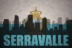 Abstraktes Schattenbild der Stadt mit Text serravalle an der Weinlesesan- marinoflagge Lizenzfreie Stockbilder